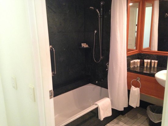 Pullman Cairns International: Bathroom, with dated green marble tile