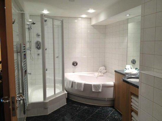 Heathrow Hotel Bath Road: big bathroom