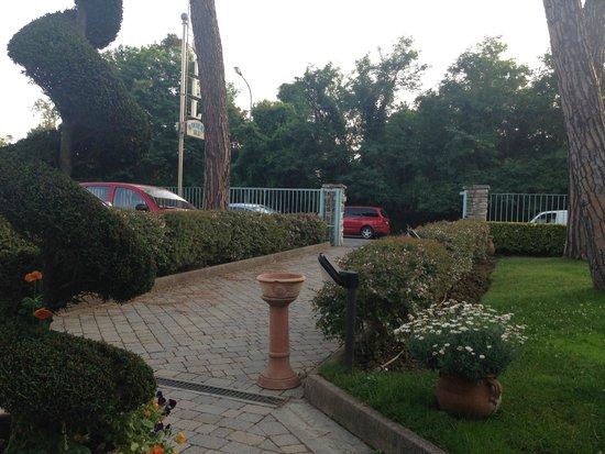 Hotel Riviera Blu : Driveway