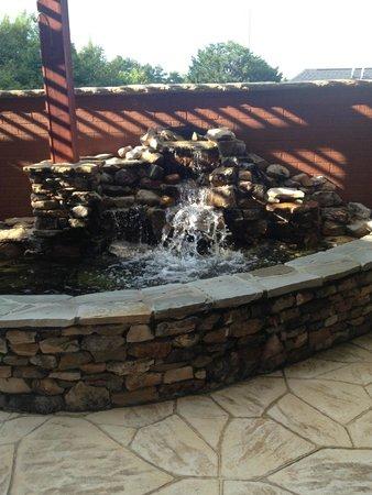 Fairfield Inn & Suites Cleveland: pretty waterfall fountain!