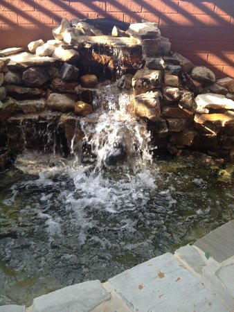 Fairfield Inn & Suites Cleveland: waterfall water feature on patio