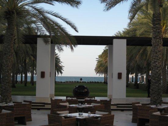 The Chedi Muscat – a GHM hotel: im Garten - Blick auf das Meer
