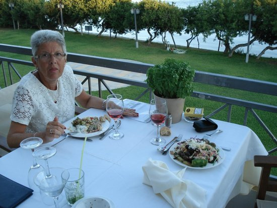 Negroponte Resort Eretria : Un pot  de basilic sur chaque table.