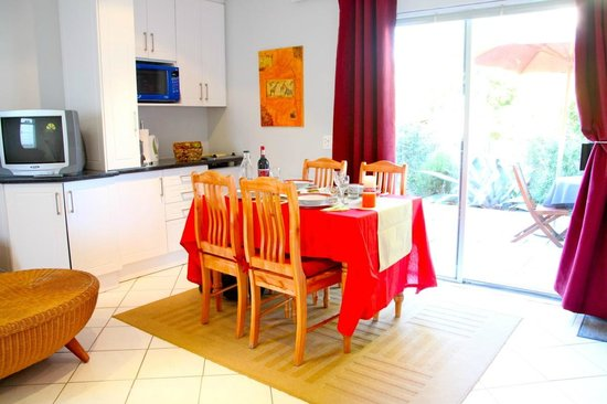 Constantia Cottages : Cottage Chardonnay - Kitchenette and Dining Section