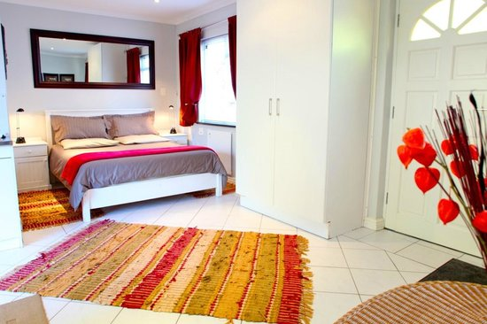 Constantia Cottages : Cottage Chardonnay - Bedroom and Wardrobe