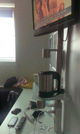 CABINN Metro: Стол, чайник, телевизор