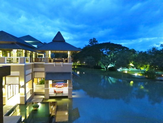 Le Meridien Chiang Rai Resort: View of the grounds at sunset