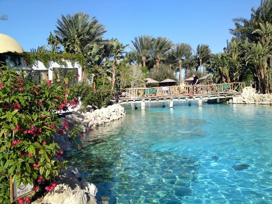 The Grand Makadi Hotel: Poollandschaft, links das karibische Inselrestaurant