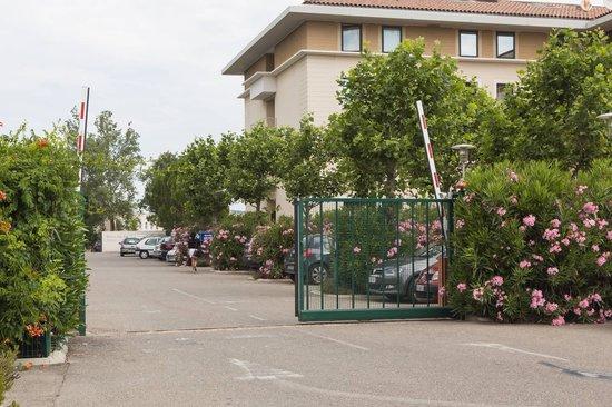 Kyriad Avignon - Courtine Gare : parking