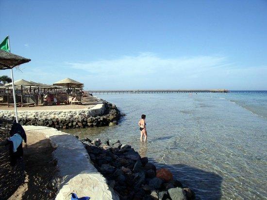 The Grand Makadi Hotel: Strand.... Im Hintergrund der Steg zum Hausriff
