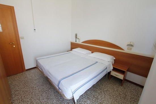 Letto matrimoniale - Foto di Hotel Isabell, Viserbella - TripAdvisor