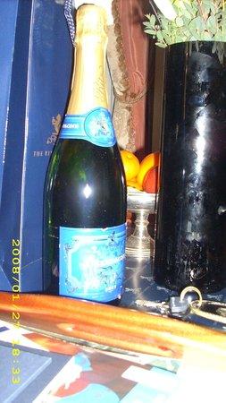 The Ritz London : Champanhe Com frutas frescas na suite