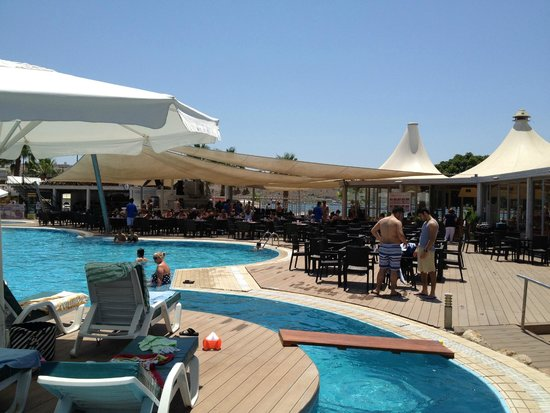 Magnific Hotel: Pool and bar area