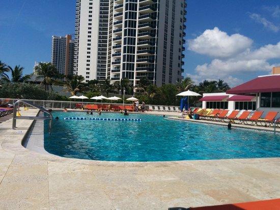 Ramada Plaza Marco Polo Beach Resort: Vista de la piscina, hacia Collins