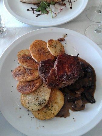 Alta Gracia Golf Club Restaurant : Cuadril con papas españolas en colchon de hongos varios