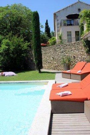 Le Mas de l'Amarine : Der Pool und das Haus