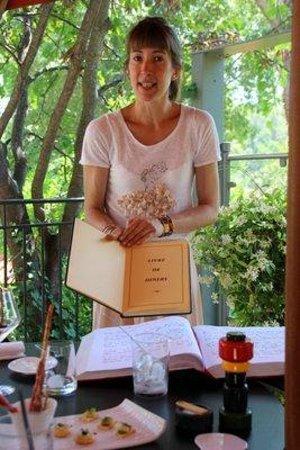 Le Mas de l'Amarine : Alice mit der Menükarte