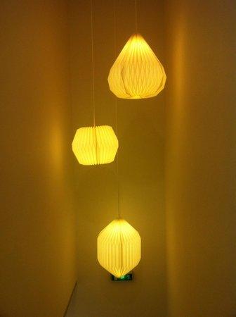 SLO Living Hostel : Lamps in the corridor