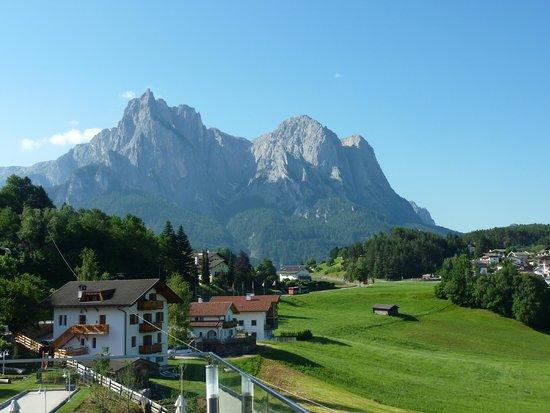 Hotel Alpenflora: Der Blick von der Terasse und Pool