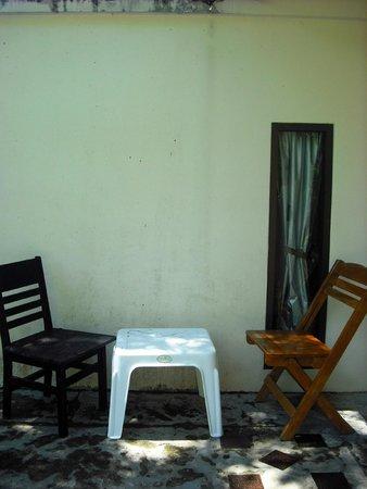 Anyavee Railay Resort: โต๊ะอินดอร์เหมือนหยิบมาคนละชุด