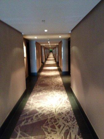 Courtyard by Marriott Riyadh Diplomatic Quarter: Longest hotel hallway I've ever seen!