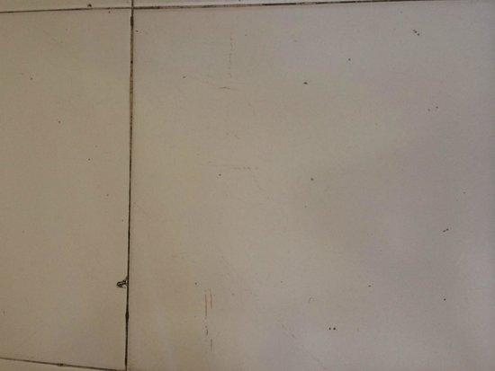 THB Ibiza Mar : Un-Clean floors
