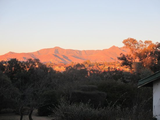 Roma Trading Post Lodge: The mountains at dawn/dusk