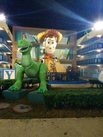 Disney's All-Star Movies Resort : Woody se hace presente entre los edificios del hotel
