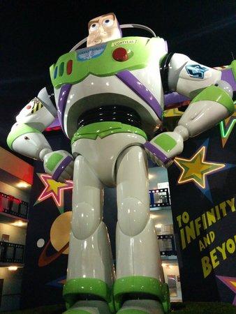 Disney's All-Star Movies Resort: Buzz Lightyear frente a Woody, entre los edificios