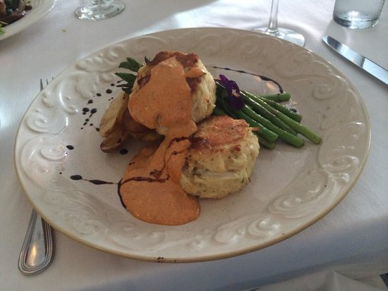 The Charlotte Hotel & Restaurant: Delicious crab cakes
