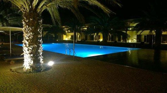 Hotel Dunas de Sal: Zwembad van Dunas de Sal bij nacht