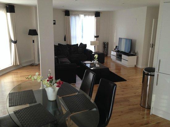 Chelsea Bridge Apartments: Lounge