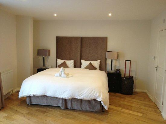 Chelsea Bridge Apartments: Master Bedroom