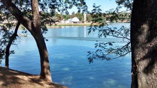 Igreja Sao Francisco De Assis: Bela visão da outra margem da lagoa.