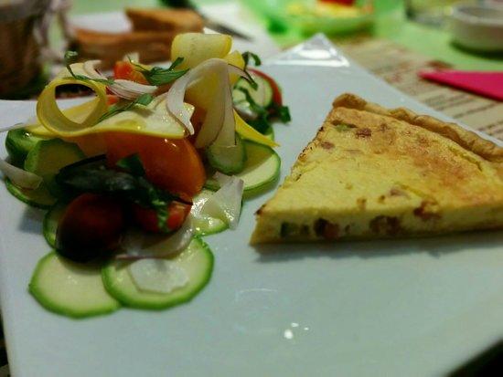 Castelnou, France : Salades de tomates et courgettes assaisonnée parfaitement. Tarte jambon ricotta. Simple, frais e