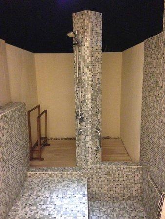 Holiday Inn Resort Kandooma Maldives : Outside bathroom