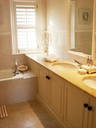 Sandals Beach Villa : Luxury bathrooms