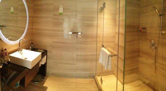 Courtyard Hong Kong: Spacious bathroom