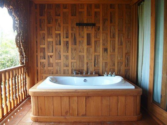 Santhiya Koh Yao Yai Resort & Spa : The bathtub at the balcony