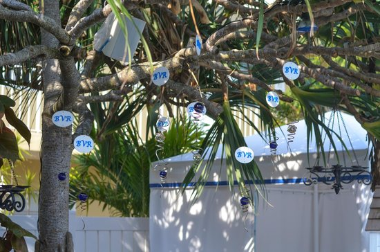 Beachside Village Resort: Cute decorations in the pool area