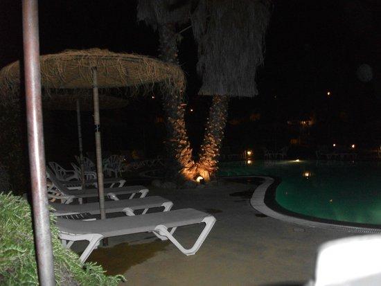 Hotel Le Cottage : agréable vue de la piscine la nuit