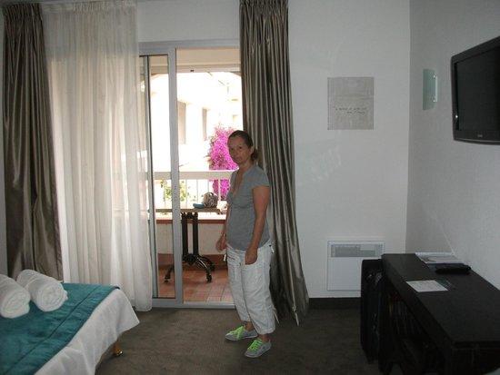 Hotel Le Cottage : clarté de la chambre avec balcon