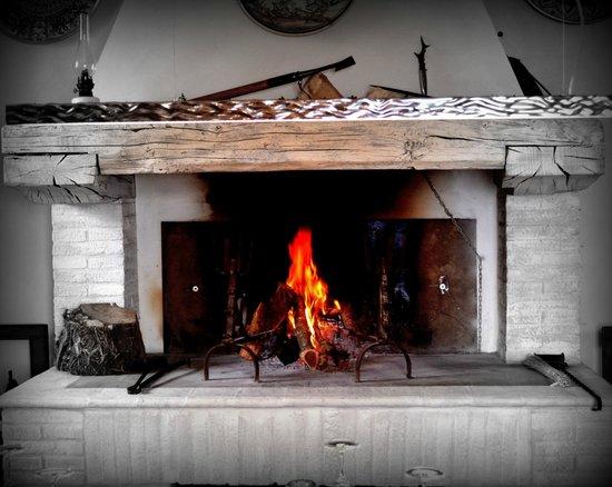 La Cucina di San Pietro a Pettine: Il camino. The fireplace