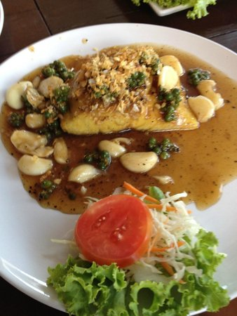 Massaman Restaurant & Bar: Barracuda with garlic and pepper -overcooked,  dry and disappointing
