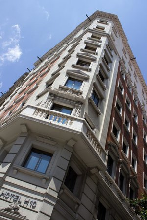 H10 Montcada Boutique Hotel: View of hotel from street