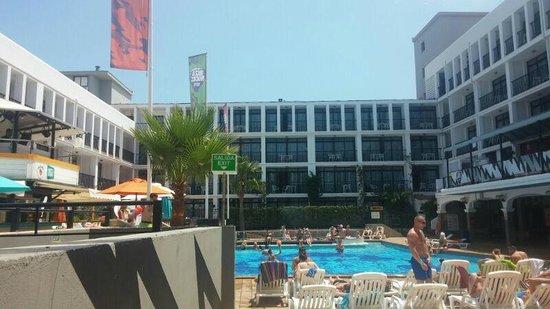 Ibiza Rocks Hotel : poolside