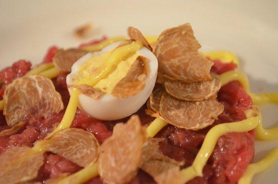La Cucina di San Pietro a Pettine: Tartare con tartufo bianco. Tartare with white truffle