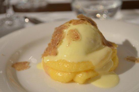 La Cucina di San Pietro a Pettine: Uovo con colata di parmigiano e tartufo bianco. Egg with melted parmesan chese and white truffle