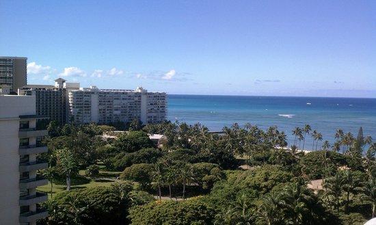 Hale Koa Hotel : From the balcony towards the beach