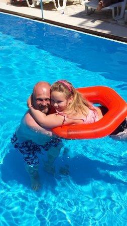 Villa Stil : Far og datter koser seg i det deilige bassenget :)